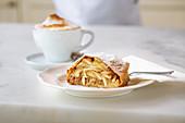 Ein Stück Apfelstrudel und eine Tasse Kaffee