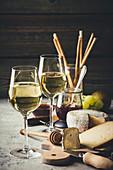 Käsebrett mit Weißwein und Grissini