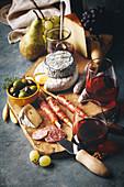 Käse, Prosciutto, Salami und Oliven mit Rotwein