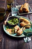 Brokkoli-Macadamia-Frühlingsrollen mit Salat-Vinegar-Edamame, Red-Curry-Mango