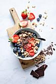 Porridge mit Beeren und Schokoraspeln