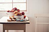 Äpfel in Schüsseln auf Küchentisch