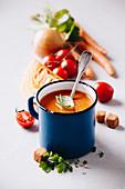 Tomatensuppe in altem Metallbecher