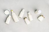 Verschiedene Milchflaschen auf grauem Hintergrund