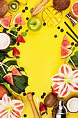 Verschiedene Zutaten für fruchtige Cocktails und Barutensilien auf gelbem Hintergrund