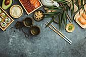 Verschiedene Sushi, Sashimi und grüner Tee