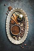 Antike manuelle Kaffeemühle, Kaffeebohnen und Gewürze