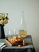 Traditionelle italienische Tarallini mit Weißwein auf Tisch