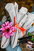 Napkins decorated with a dahlia blossom
