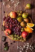 Holztablett mit Herbstfrüchten