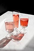 Drei Gläser mit roten Getränken