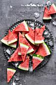 Wassermelonenscheiben auf grauem Teller