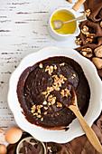 Walnüsse in Brownie-Teig einrühren
