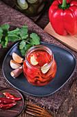 Vegane gebackene eingelegte Paprika mit Knoblauch