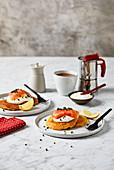 Pancakes mit Räucherlachs und Crème Fraiche