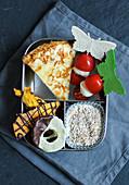 Frühstücksbox mit Tortilla, Tomaten-Spießen, Joghurt und Obstchips
