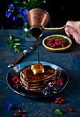 Schokoladen-Pancakes mit Beeren und Sirup