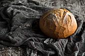 Frisch gebackener runder Brotlaib