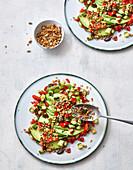 Avocado-Paprika-Salat mit Knusper-Topping