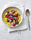 Haselnuss-Porridge mit Beeren und Rosinen