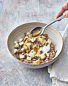 Nussiger Buchweizen-Porridge mit Schafsjoghurt, Birne und Ahornsirup