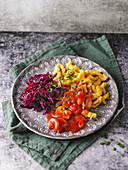 Vegane Spätzle mit Pilzsauce und Gewürz-Rotkohl