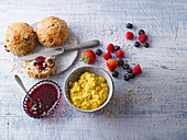 Turmeric vanilla porridge and quick oat rolls with berry jam