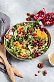 Wintersalat mit Granatapfel, Orangen und Nüssen (vegan)
