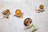 Vier Gerichte mit verschiedenen Nuss-Toppings