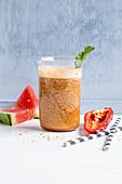 'Red Summer Cooler' aus Melone, Paprika und Radieschengrün
