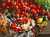 Tomaten mit Oliven und Schafskäse