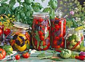 Einmachgläser mit roten, gelben und grünen Tomaten