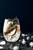 Aromatisiertes Wasser mit Birne, Kräutern und Zimt