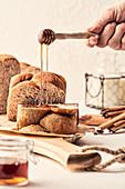 Honig auf frisches Brot tropfen