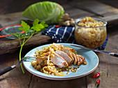 Gebratene Hähnchenbrust mit eingemachtem scharfem Spitzkraut