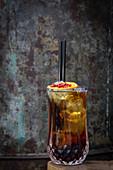 Cocktail mit Orangenscheiben und Beeren