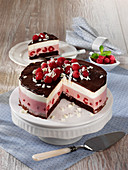 Raspberry cream cheesecake with chocolate
