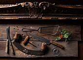 Antike Küchenutensilien daneben ein Kräutersträußchen