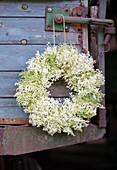 Weißer Kranz aus Holunderblüten