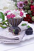 Hortensienblüte und rote Schafgarbe in Silber-Eisbecher