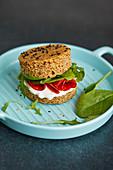 Glutenfreies Sandwich mit Frischkäse, Wurst und Babyspinat