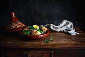 Marokkanische Hühnchen-Tajine mit Zitronen und Erbsen
