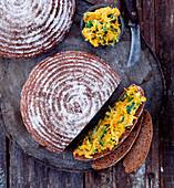 Vollkornbrot mit Möhren-Lauchsalat