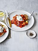 Baked Beans mit Pancetta und pochiertem Ei auf Toast