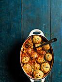 Hähnchen-Arrabbiata-Eintopf mit Parmesanklössen