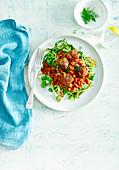 Fleischbällchen mit Fenchel, Balsamico-Bohnen und Zucchininudeln