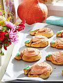cinnamon rolls decorated like a pumpkin