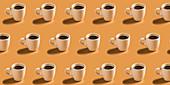Viele Tassen heißer Kaffee in Reihen