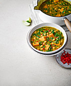 Currysuppe mit Grünkohl, Süsskartoffeln und Kichererbsen