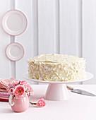 Pink-Velvet-Cake mit weißer Creme und Kokosspänen